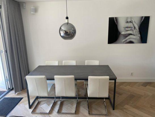 Betonlook tafel Avega met industrieel onderstel