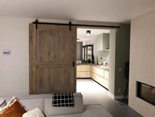 Loftdeur van eikenhout in industrieel stijl