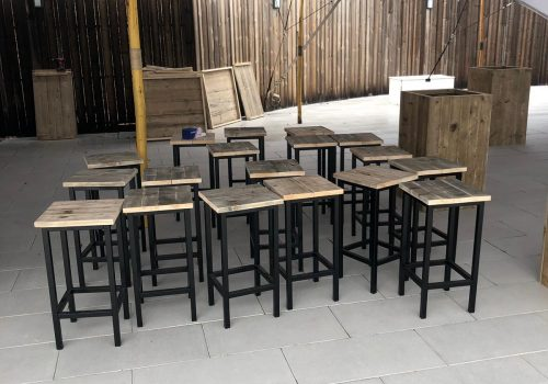 Industriele steigerhouten barkrukken voor buitenterras hotel