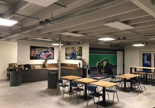 Inrichting kantine rijschool met industriele tafels