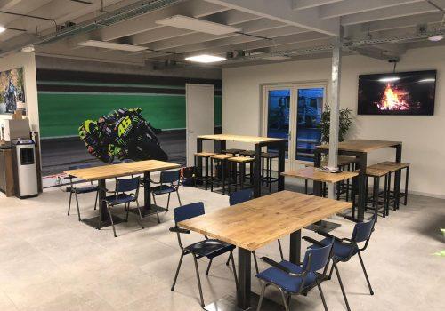 Inrichting met industriele tafels rijschool