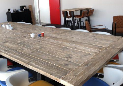 Inrichting vergaderruimte met industriële meubelen