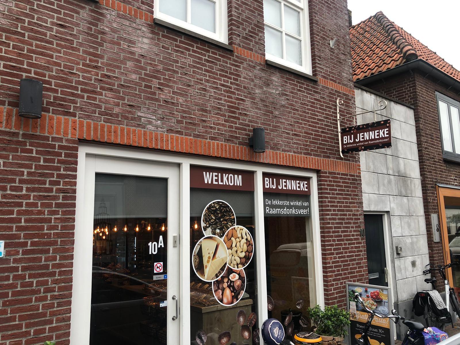 Ingang winkel 'Bij Jenneke' ingericht met steigerhouten toonbanken