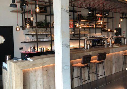 Steigerhout bar met industriele barkrukken