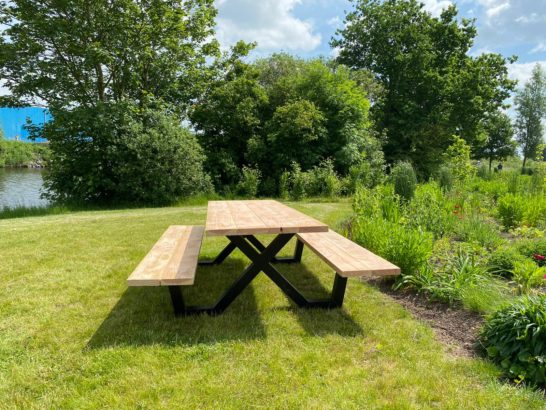 Douglas houten picknicktafel Eland met stalen X frame